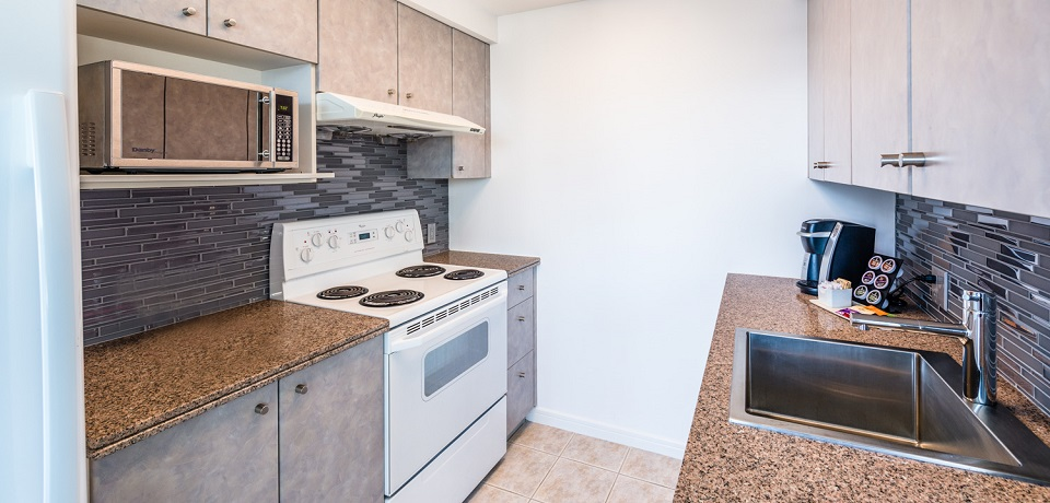 Carmana Plaza Hotel - Downtown Vancouver - Standard One Bedroom Suite (fully equipped kitchen)